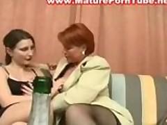 Старая развратная лесбиянка соблазнила молоденькую красотку