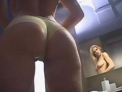 Blondinka edva uspela prinjat dush pered zhestkoj dvojnoj porkoj