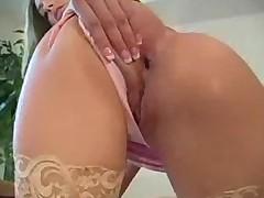 Порно звезда сексуально раздевается и ебется секс игрушками