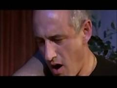 Зрелую порно актрису насаживают мохнаткой и анусом на член