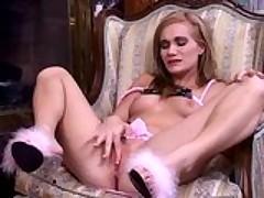 Страстная блондинка доводит себя до оргазма розовым самотыком