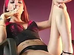 Девушка с сигаретой оголяется пуская клубы сигаретного дыма