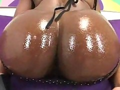 Чернокожая грудастая порно актриса с бурным анальным оргазмом
