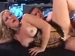 Видавшую виды зрелую тётку с толстой жопой насаживают на хуй