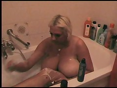 Секс бомба бреется в ванной