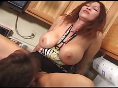 Мамочка с большими сиськами трахается на кухне