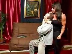 Мускулистая сучка показывает мужику где его место