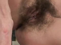 Забавный секс на кухне с телкой с волосатой пиздой