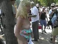 Блондинка с удовольствием показывает сиськи