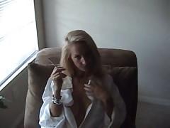 Блондинка затягивается двумя сигаретами