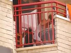 Девушка на балконе без трусиков под платьицем