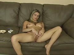 Блондинка курит и мастурбирует
