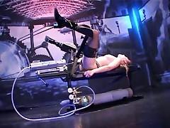 Девку зачетно трахает машина