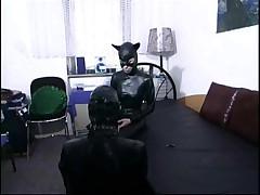 Леди в кожаном костюме дрочит игрушками своего раба