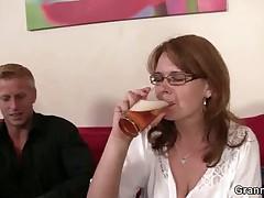 Сисястую мамочку сняли в баре