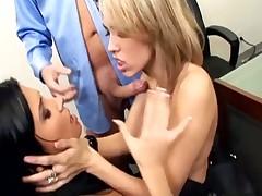 Ofisnyj trojnichek s dvumja seksualnymi sekretarshami