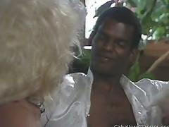Blondinka soset chernyj chlen