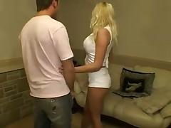 Grudastaja blonditnka s drugom