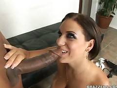 Латинская горячая деваха с большой грудью дает
