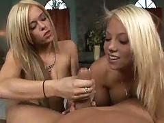 Dve blondinochki po ocheredi sosut odin bolshoj chlen