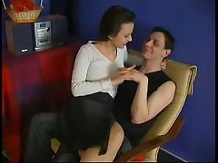 Жена пялит мужа в колготках огромным страпоном
