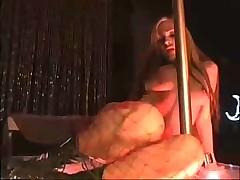 Джесси Капелли танцует стриптиз вокруг шеста