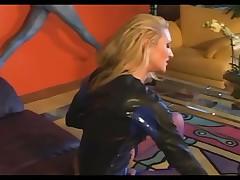Блонда сидит на лице и делает минет в коже и фиолетовых трусах
