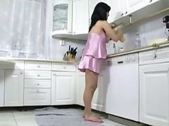 Беременную красавицу трахают на кухне