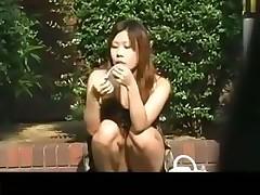 Азиатки раздвигают ножки