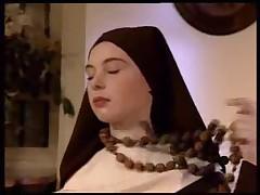 Монашки после поцелуев перешли к сексу