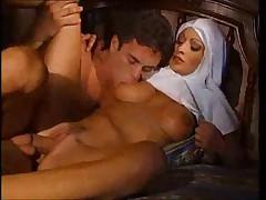 Монашка попробовала анальный секс