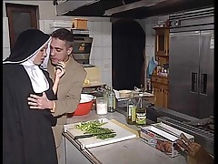 Немецкую монашку выебали в упругую задницу на кухне