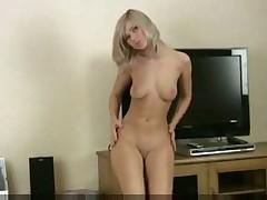 Девченка раздевается и мастурбирует