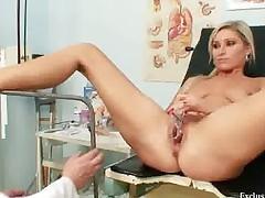 Рыженькую красавицу исследуют на гинекологичесом кресле