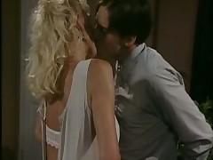 Горячая сексуальная блондиночка в винтажном офисном видео