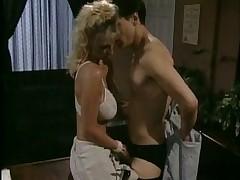 Gorjachaja seksualnaja blondinochka v vintazhnom ofisnom video