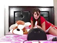 Молоденькая девка насаживается на секс машину