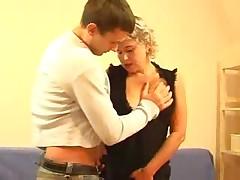 Russkaja domohozjajka trahaetsja s molodym paren'kom