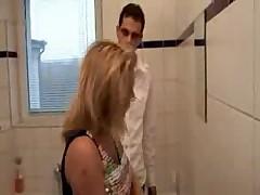 Мамочка в ванной