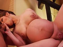 Беременная красивая брюнетка на видео