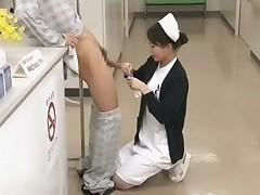 Poslushnaja japonskaja medsestra obsluzhila pacientov v bol'nice