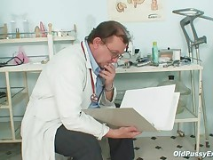 Ginekolog rassmatrivaet potrepanuju dyrku