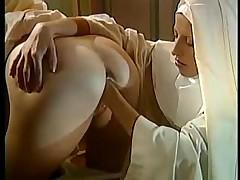 Монашки забавляются фистингом