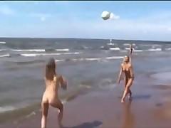 Красивые молодые голые девочки на пляже
