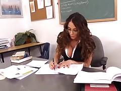 Velikolepnaja mamochka brjunetka uchitel'nica rasslabljaetsja so studentom