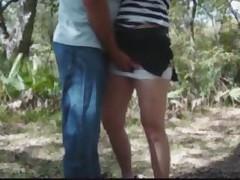 Заглядываем под юбки девочкам в парке