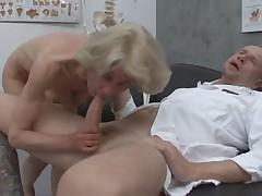 Бабуля получает свое у доктора