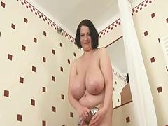 Полненькая деваха в ванной