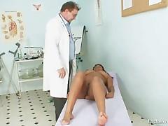 Staryj doktor obsleduet dyrku negritjanki