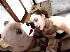 Девка дала в попку мужику в костюме медведя